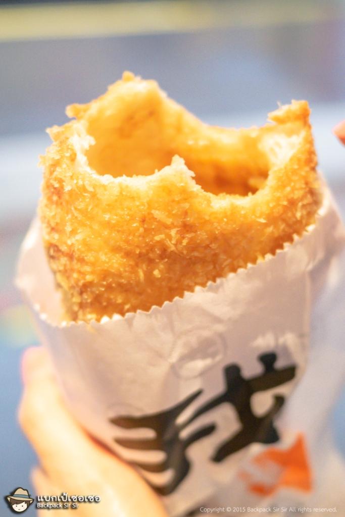หอมไส้แกงกะหรี่ญี่ปุ่นเวลากัดที่เนื้อขนมปังแกงกะหรี่